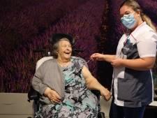 Gilberte (78) krijgt als eerste Zeeuws-Vlaamse prik tegen corona voor kwetsbare ouderen