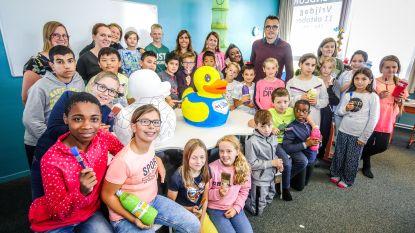 Kinderen maken kunstwerken van badeendjes voor Autoloze Zondag