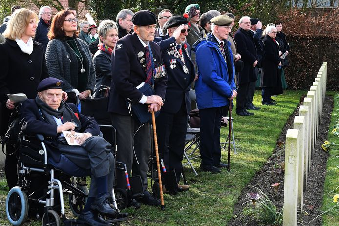 Enkele bevrijders van Gennep bij de herdenking in Milsbeek, onder wie de bijna 100-jarige Edwin Hunt (staand met wandelstok).