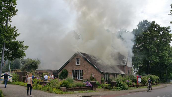 Bij een woningbrand in De Steeg kwam vrijdagmiddag asbest vrij.