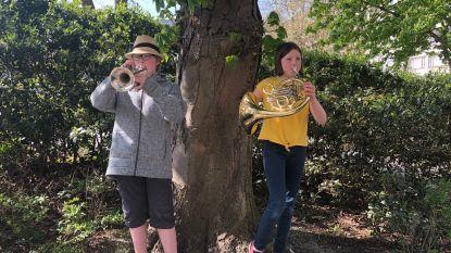 """Sil (13) en Nelle (11) brengen elke dag serenade met hoorn en trompet: """"Mensen zingen mee. Je ziet ze genieten"""""""