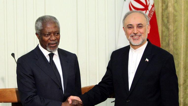 De Iraanse minister van buitenlandse zaken Ali Akbar Salehi met VN-gezant Kofi Annan. Beeld epa