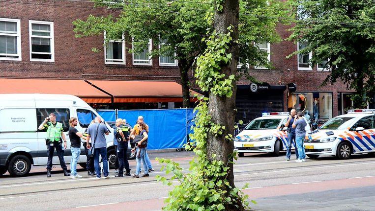 Politieafzettingen- en onderzoek voor de deur bij Ferilli's. Beeld -