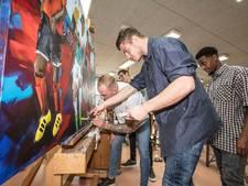 Kunstenares maakt samen met spelers schilderij voor Helmond Sport