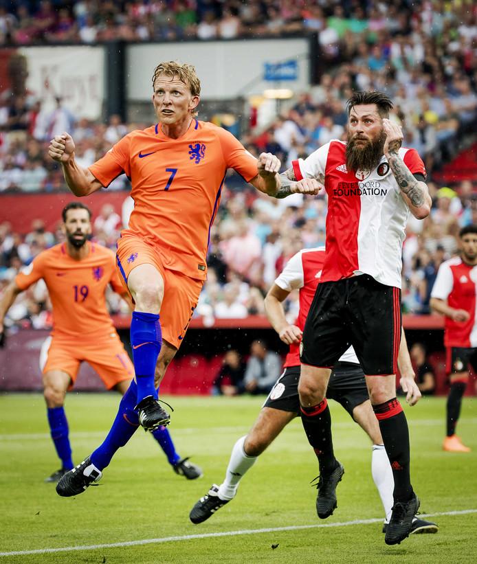 Dirk Kuyt en Pascal Bosschaart hebben hun ogen gericht op de bal.