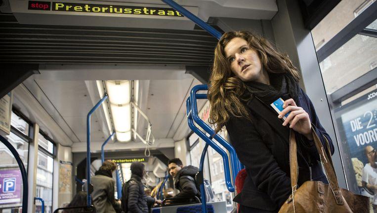 Charlotte van de Lagemaat lukte het niet haar gratis studentenabonnement tijdig stop te zetten. Gevolg: een boete van 800 euro. Beeld Julius Schrank / de Volkskrant