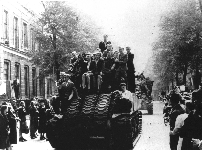 Canadese bevrijders rijden Amsterdam binnen op 8 mei 1945.