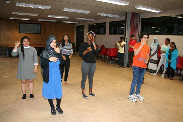 De OKAN leerlingen stellen vragen over hun identiteit. Hier bij een vorige opvoering