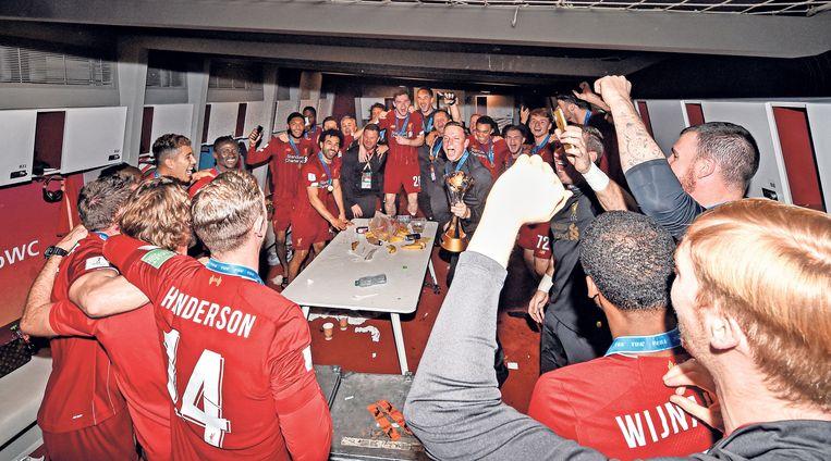 Pepijn Lijnders in de kleedkamer met de wereldbeker voor clubteams na de gewonnen finale tegen Flamengo, Doha, Qatar, 21 december 2019. Beeld Liverpool FC via Getty Images