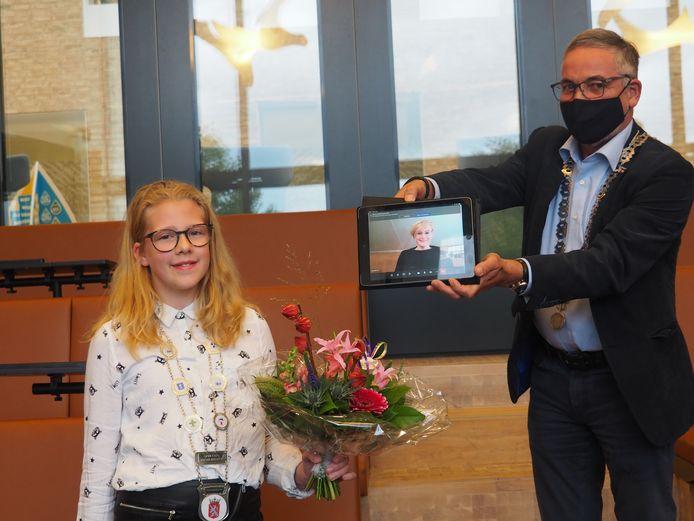 Anne Letink uit Vorden is de nieuwe jeugdburgemeester van Bronckhorst. Burgemeester Marianne Besselink was digitaal aanwezig bij deze benoeming, zo toont wethouder Evert Blaauw (rechts) op de iPad..