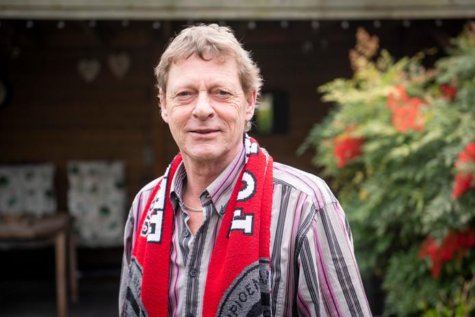 Peter Mos (60) uit Hengelo met de kampioens-sjaal van FC Twente, die hij steevast droeg in de Grolsch Veste. Hij is deze zaterdagmorgen overleden.