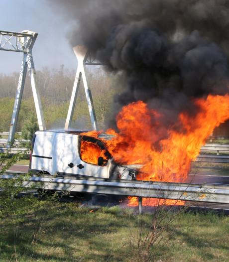 Brandende bestelbus zorgde voor flinke file op de A50 bij Arnhem: rijstroken weer open