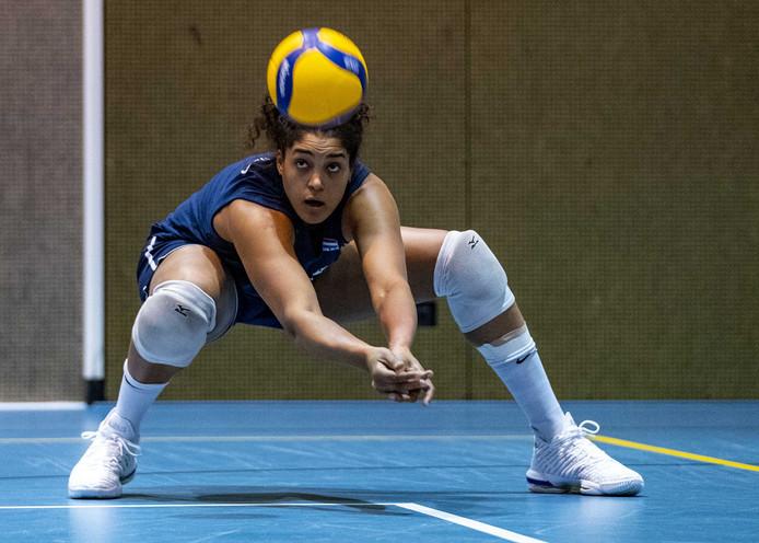 Celeste Plak in december op een training bij Oranje, waarmee ze zich niet plaatste voor de Olympische Spelen. Nu beleeft de 24-jarige volleybalsters vreemde tijden in Turkije.