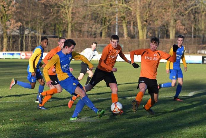 RKVVO-spits Bart Sanders (l), goed voor twee doelpunten in Asten, neemt het doel van NWC onder vuur.