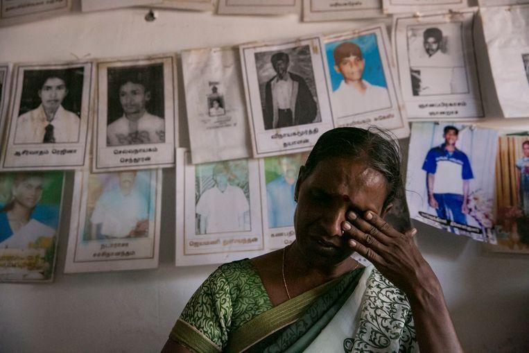 De Sri Lankaanse Thagbsiwaran Sivaganawathy huilt terwijl ze tijdens een recente protestactie vertelt over de verdwijning van haar dochter Thageswaran Susanya. Die verdween in de eindfase van de oorlog in 2009, toen haar dorp werd omsingeld door regeringstroepen. Beeld Getty Images