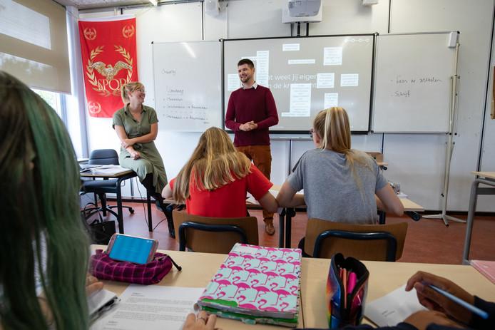 'Meeloper' Wouter Somer voor de klas. Docente geschiedenis Suzan Mateboer ziet het wel zitten dat Wouter daadwerkelijk les komt geven.