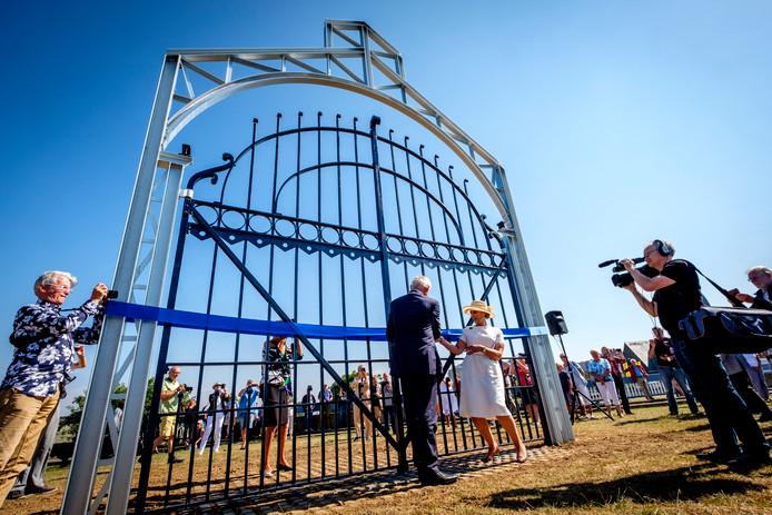 Burgemeester Cor Lamers en Marianne Smulders, getrouwd met een nazaat van de familie Smulders die Gusto ooit oprichtte, 'onthullen' het monument ter ere van de Schiedamse scheepswerf op de Koninginnebrug.