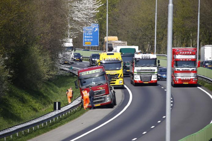 Vrachtwagen naast de A73.