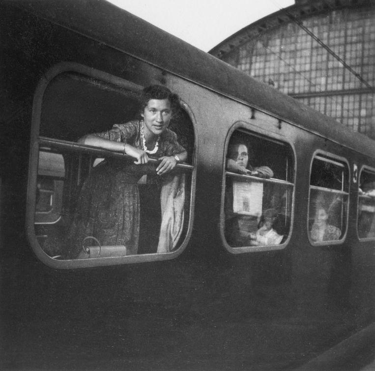 Met de trein reist Selma van de Perre (dan nog Velleman) in 1947 naar Londen, waar zij een baan krijgt op de Nederlandse ambassade.  Beeld Privéarchief
