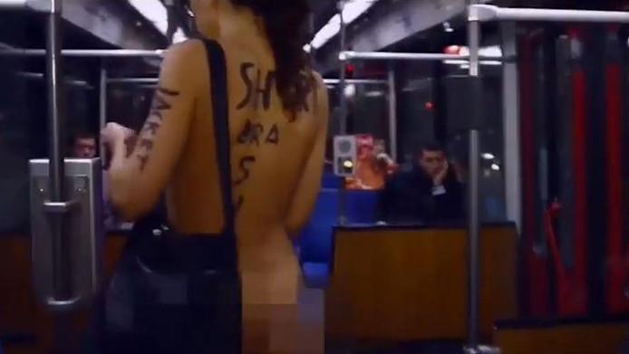 De naakte vrouw in de trein, onderdeel van een kunstproject.