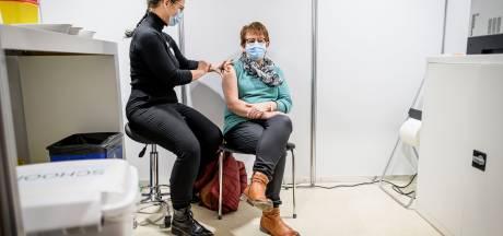 Riet uit Holten is eerste zorgmedewerker die vaccinatie krijgt bij UT: 'Geen moment getwijfeld'