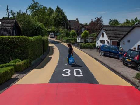 Slipgevaar op felrood asfalt Opheusden: vrachtverkeer per direct verboden