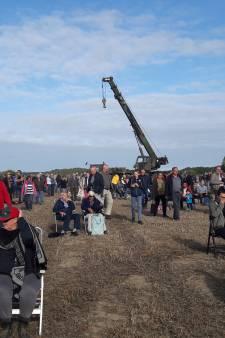 Parachutisten springen boven druk Groesbeek: één lichtgewond, twee in een boom