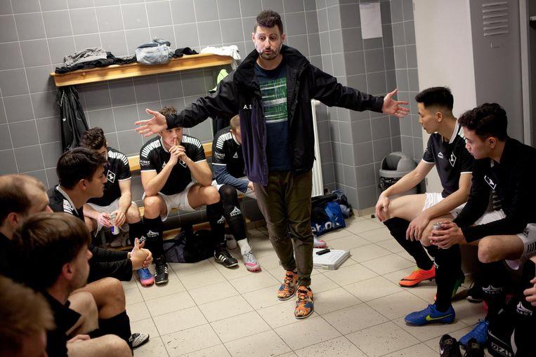 De Arabisch-Israëlische coach Antonio Shehadee moedigt het team aan. Beeld Piotr Malecki