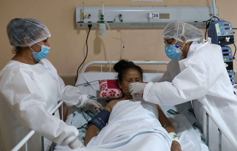 Een coronapatiënt in het ziekenhuis van Manaus, Brazilië. Beeld REUTERS