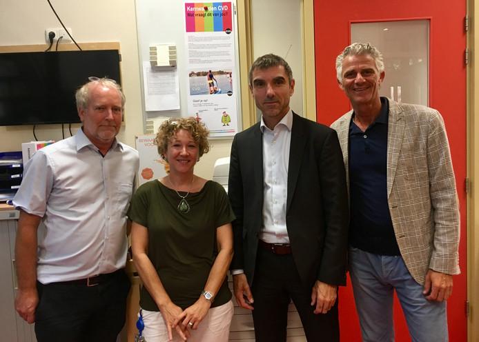 Igor van Laere (rechts), voorzitter van de Nederlandse Straatdokters Groep, met straatdokter Marcel Slockers, straatverpleegkundige Andrea van der Gevel en staatssecretaris Paul Blokhuis (van links naar rechts).