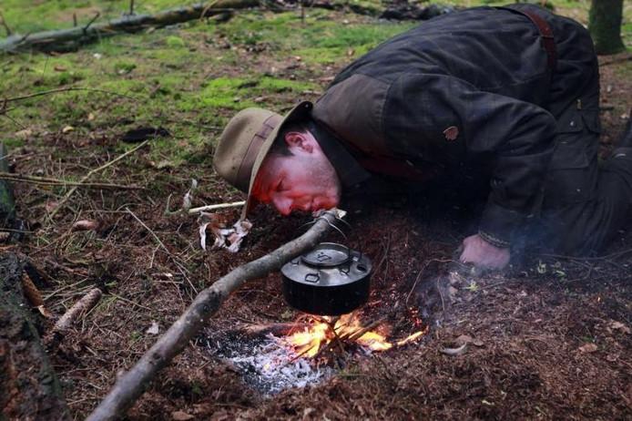 """Vuur maken is heel belangrijk in bushcraft, vertelt Martin Overweg. """"Al het natuurwater moet je eerst koken."""" Niet met behulp van een aansteker, maar liever door middel van zelfgecreëerde vonkjes. foto's Tom van Dijke"""
