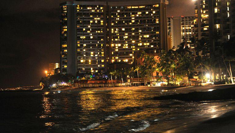 Golven bereiken het strand bij Honolulu in Hawaï. Beeld getty
