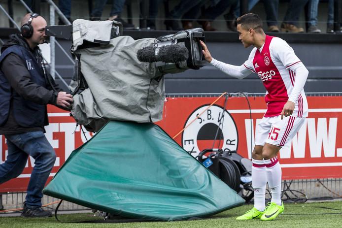 Ajacied Justin Kluivert viert de 1-1 op Woudestein. Het eerste doelpunt van de Amsterdammer in de Eredivisie.