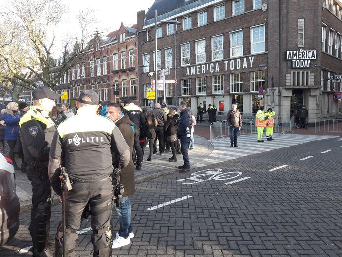 Agenten op de Bossche Wilhelminabrug tijdens de Sinterklaasintocht in Den Bosch.