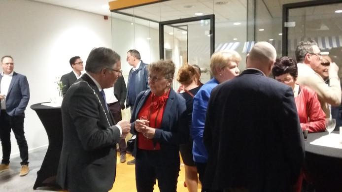 Burgemeester Gerard Rabelink tijdens de nieuwjaarsreceptie in gesprek met Anja van der Bijl van landschapscamping De Zonnehoeve.