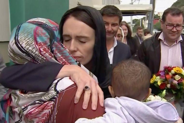 Premier Jacinda Ardern van Nieuw Zeeland omarmt en troost een vrouw bij de Kilbirnie Moskee in Christchurch.  Beeld AP