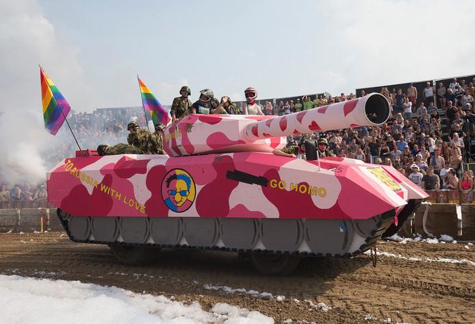 Een roze tank in de Roze Cross tijdens de Zwarte Cross 2016.
