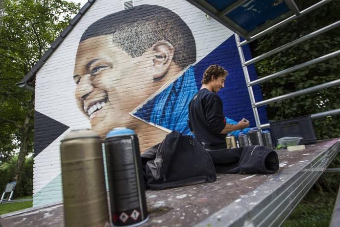 Er werd gisteren in de Eindhovense wijk Achtse Barrier nog druk gewerkt aan de graffiti met de beeltenis van Giuliano Grunberg die op 4 september vorig jaar overleed na een ongeluk.