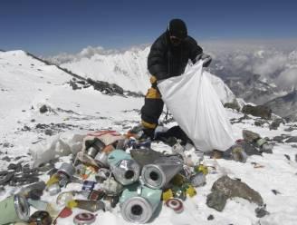 Achtergelaten gasflessen, touwen en tenten: grote kuis op Everest