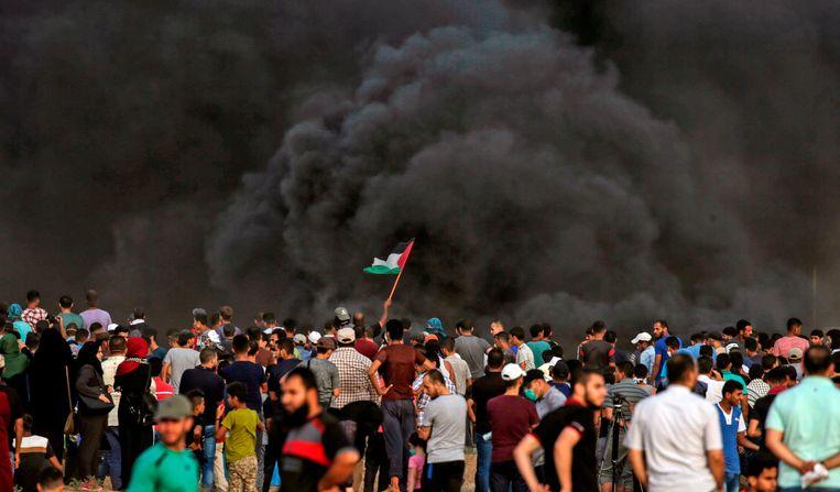Tientallen Palestijnen protesteerden gisteren opnieuw in de grensstreek tegen de Israëlische onteigening van Palestijnse gronden. Een 15-jarige jongen liet daarbij het leven.