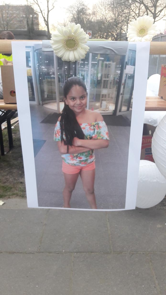 Bij de school hangt een foto van het doodgestoken meisje.
