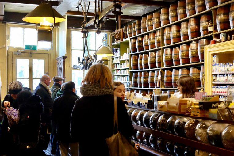 Bezoekers in de volle winkel Jacob Hooy op een zaterdag eerder deze maand. Beeld TON DAMEN