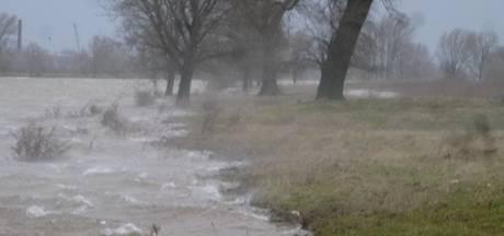 Een beetje schuiner aan wal, maar verder ploegt de pont van Alem zich prima door de storm