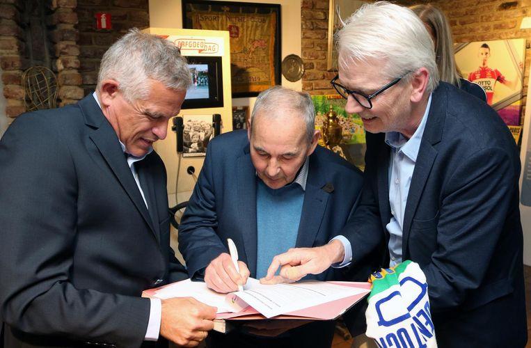 V.l.n.r. : Patrick Van Dam, Suske Verhaegen en Jan De Haes bij de ondertekening in het Wielermuseum.