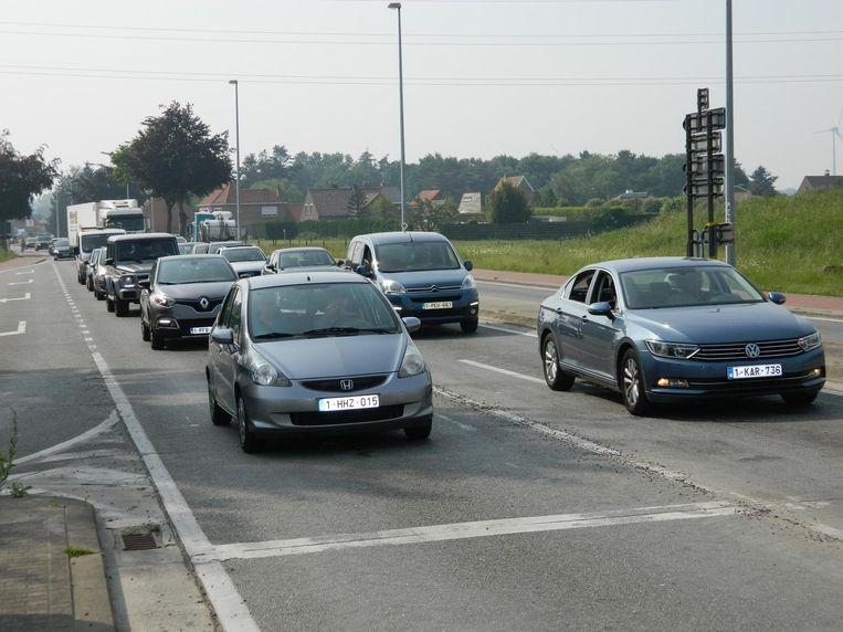Vooral voor het verkeer vanuit Adegem is het tijdens de spits lang aanschuiven aan Den Teut.