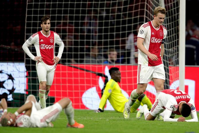 Ajax ligt er verslag bij na de treffer van Lucas Moura in blessuretijd.