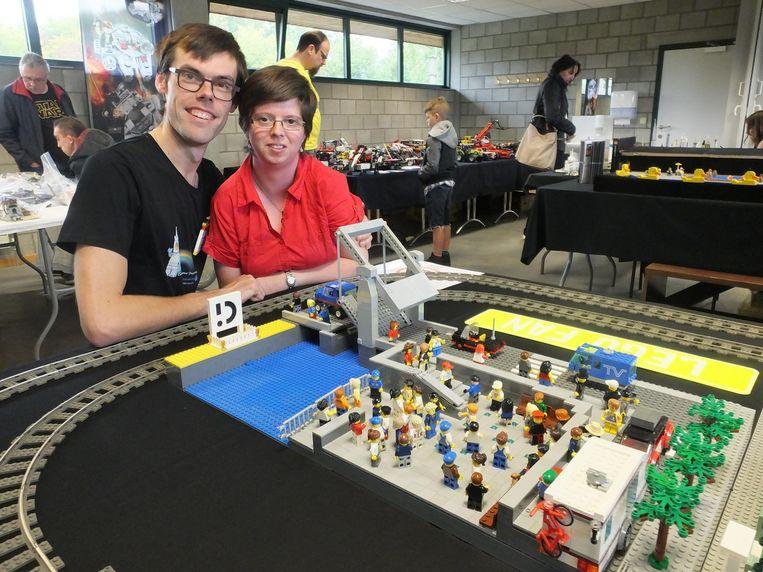 Dennis Van Den Berghe en Kimberley Lammerteyn bij 'hun' Sint-Poppoplein met Tolpoortbrug.
