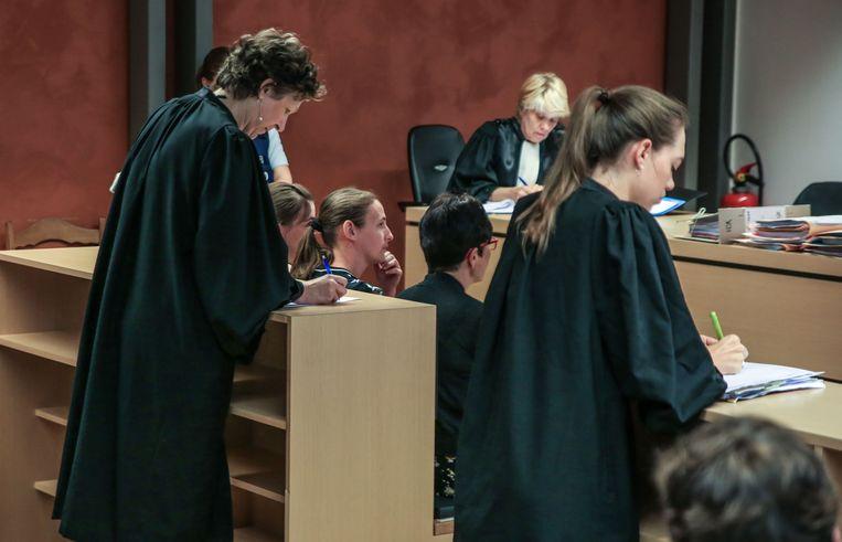 De zussen en de broer van Frederic Verhelst zijn aandachtige luisteraars naar het vonnis.