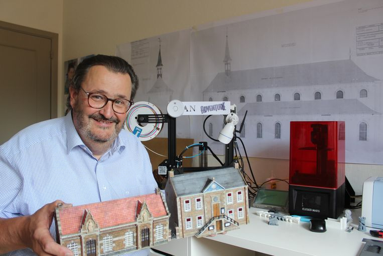 Jean Bya laat het dorp op schaal uit zijn 3D printer rollen