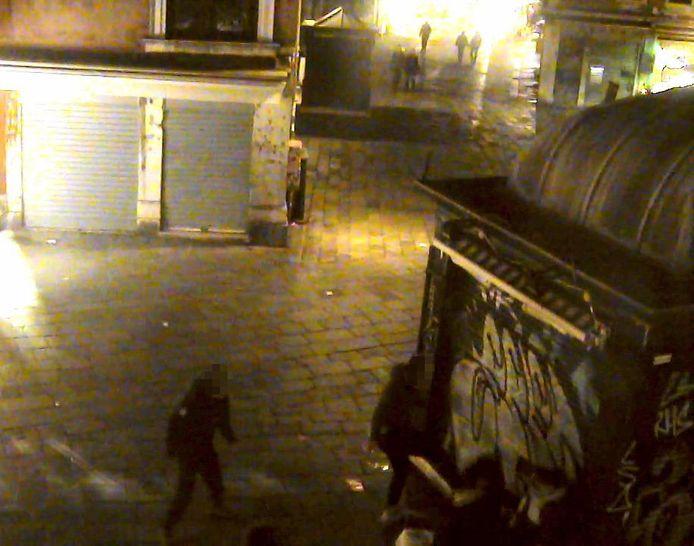 Tienerbendes of 'baby-gangs' zijn een gekend fenomeen in Venetië. Op dit beeld is onderaan te zien hoe ze bij een eerdere aanval iemand in elkaar slaan.